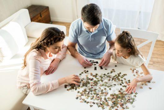 Familie der leger med puslespil med eget billede